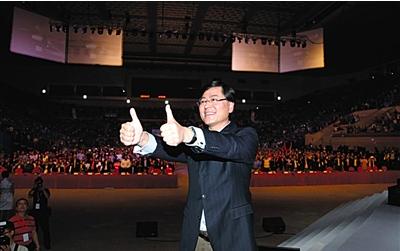 """联想""""彻底""""转型 杨元庆秀自拍表决心 - 每日快讯 - 创业邦"""
